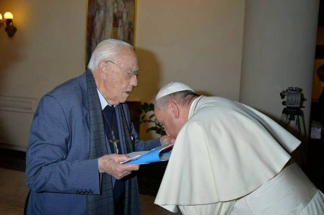pope_kisses_hand_of_homosexual_activist_priest